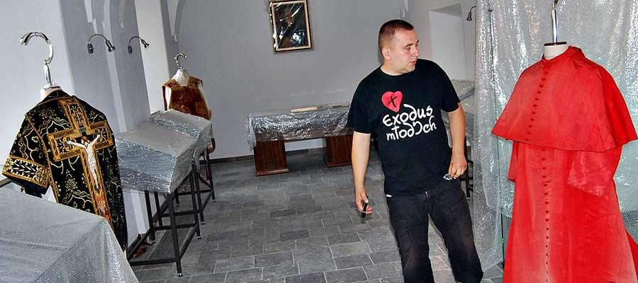 Już niedługo czerwińscy salezjanie otworzą Muzeum Prymasa Augusta Hlonda. Część eksponatów prezentuje ks. Przemysław Kawecki. Z lewej strony na stojaku prawdziwe dzieło sztuki - XIX-wieczny żałobny ornat