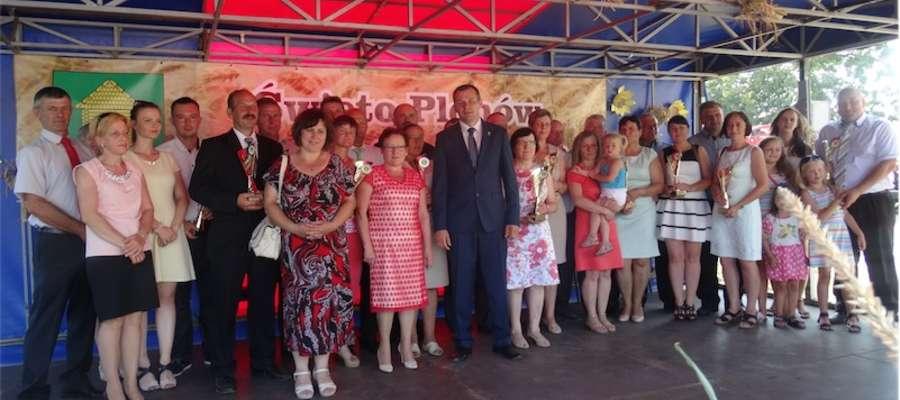 Wójt i przewodnicząca Rady Gminy Grodziczno wręczyli puchary wyróżnionym rolnikom