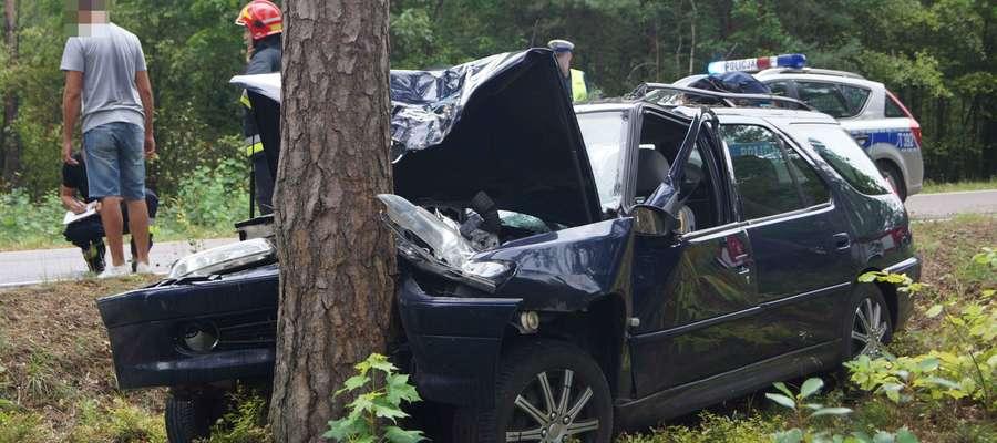 Peugeot uderzył w drzewo. Kobieta trafiła do szpitala