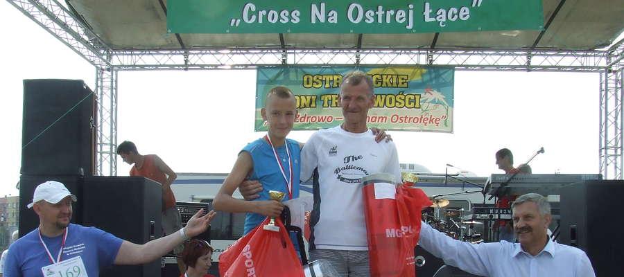 Najmłodszy i najstarszy uczestnik biegu - Wiktor Matuszak (z lewej) oraz Witold Białobrzewski