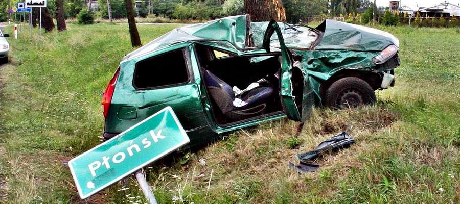 Dwie osoby podróżujące fiatem, który w okolicy Poświętnego uderzył w drzewo, trafiły do szpitala