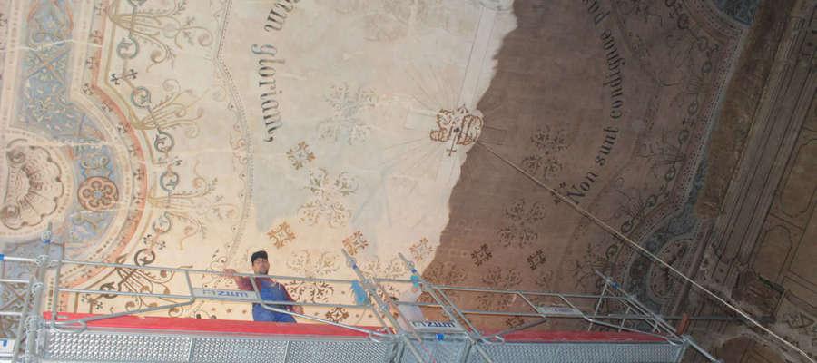 Konserwatorzy oczyścili już duże połacie stropu kościoła. Na zdjęciu widoczna część oczyszczona i jeszcze osmolona w wyniku pożaru.
