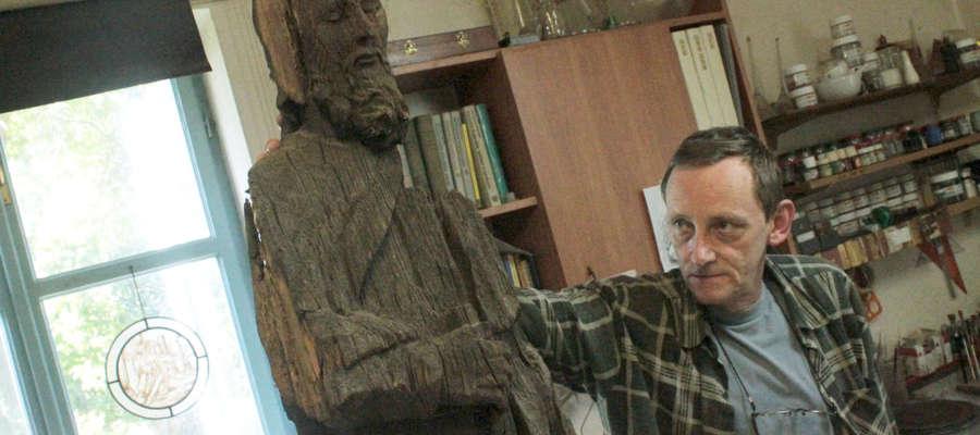 Marek Mak-Gołowacz z rzeźbą św. Jana Nepomucena, która przechowuje w swej pracowni od lutego 2008 roku.
