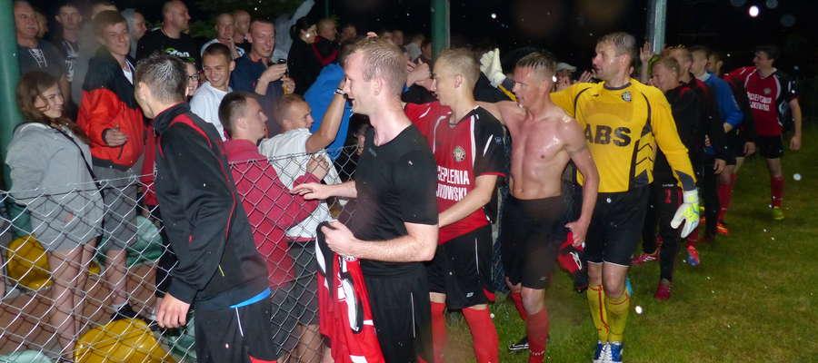 Drużynę GKS-u Wikielec (tu radość z kibicami po wywalczeniu awansu) czeka ciężki sezon w III lidze