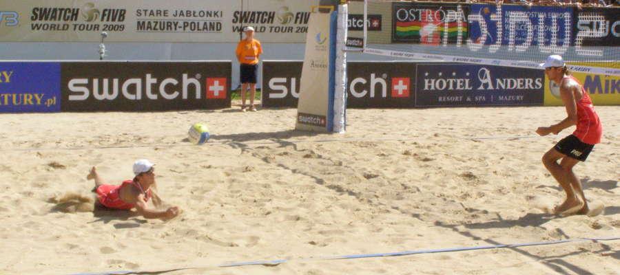 25 sierpnia zajęcia dla dzieci na olsztyńskiej plaży poprowadzi Grzegorz Fijałek (leży, stoi Mariusz Prudel).