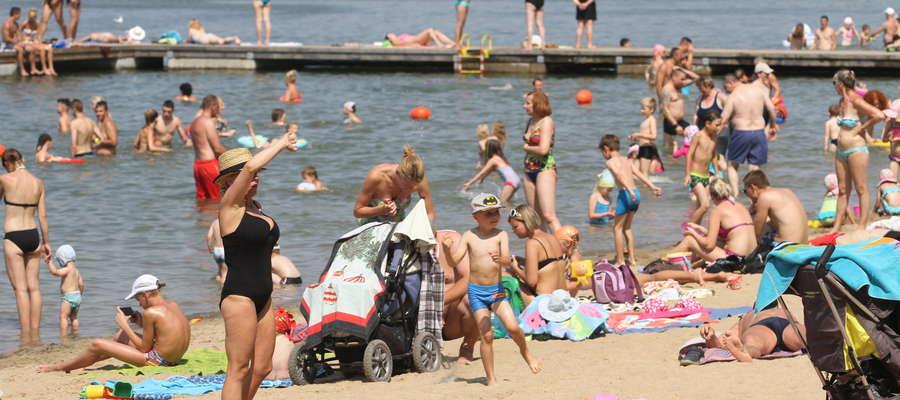 Tegoroczne lato sprzyja wypoczynkowi na plażach. Jedną z kwestii, która dzieli plażowiczów, jest stosunek do dzieci kąpiących się nago. Opinie co do tego są mocno podzielone.