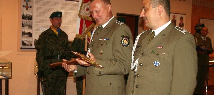 Gen. bryg. Sławomir Kowalski otrzymał od komendantów Wojskowych Straży Pożarnych z Giżycka i Orzysza pamiątkowy toporek strażacki
