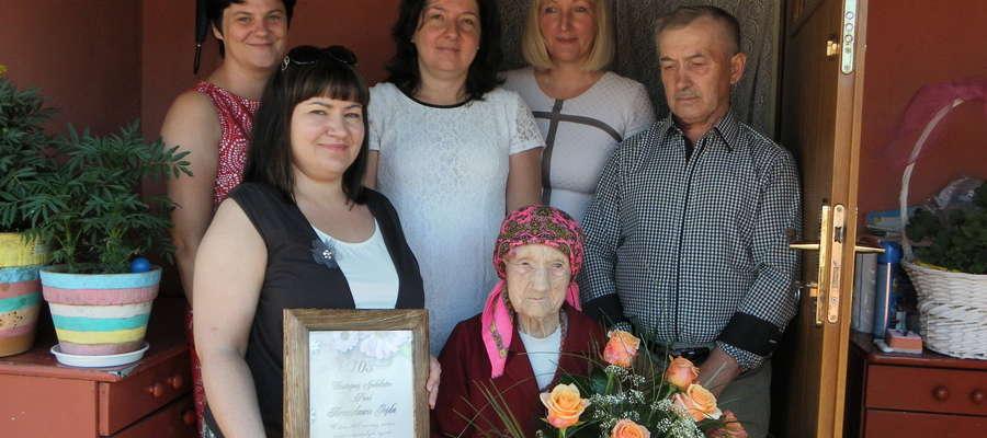 Jubilatka z synem, wójtem Gminy Świętajno Alicją Kołakowską oraz pracownikami Urzędu.