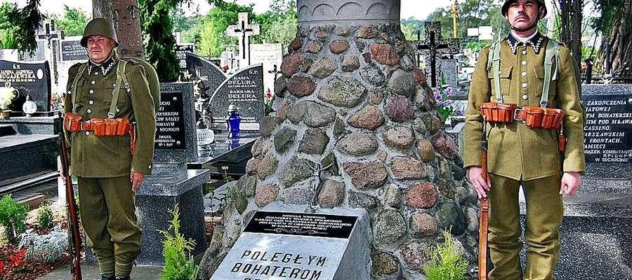 W Sochocinie delegacje złożyłą wiązanki kwiatów przed grobem bohaterów wojny polsko-bolszewickiej