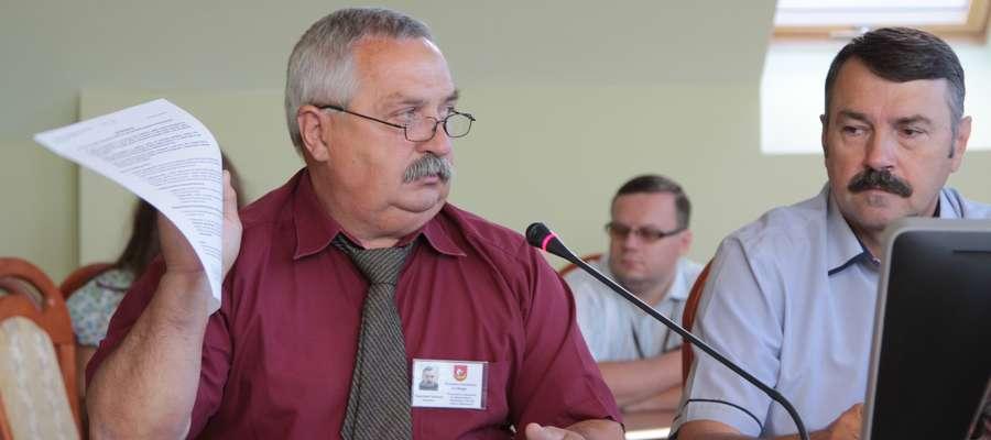Stanisław Sołowiej (z lewej) z powiatowego sztabu kryzysowego zapowiada, że jeszcze przez najbliższe dwa tygodnie zagrożenie suszą będzie realne