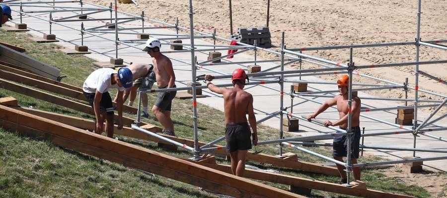 Tak wyglądała w czwartkowe południe budowa głównego stadionu Grand Slam na olsztyńskiej plaży miejskiej. W sumie siatkarze będą rywalizować na pięciu boiskach