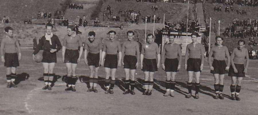 Drużyna Warmii przed meczem rozegranym 4 maja 1947 roku na olsztyńskim stadionie przy ul. Gietkowskiej
