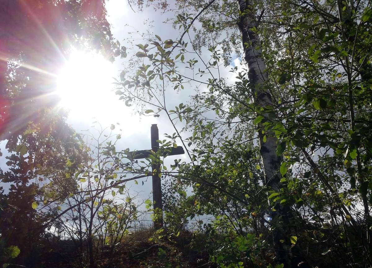 Przydrożny krzyż stojący przed Rozgitami
