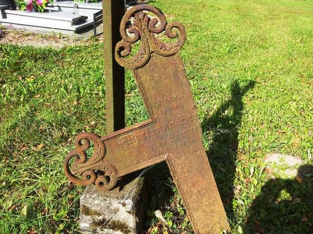 Żeliwny krzyż z końca XIX wieku na cmentarzu w Sętalu