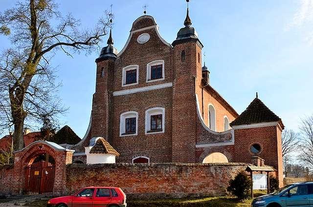 Międzylesie: Kościół z XVIII wieku p.w. Znalezienia Krzyża Świętego - full image