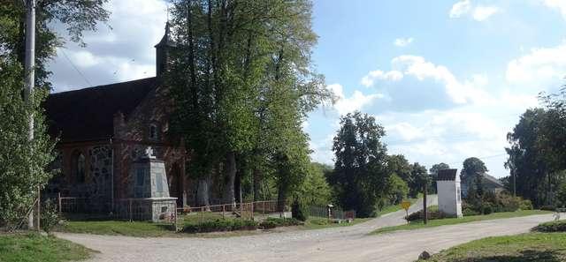 Nowe Włóki: Kościół i pomnik poległych poświęcony mieszkańcom, którzy zginęli w czasie I wojny światowej