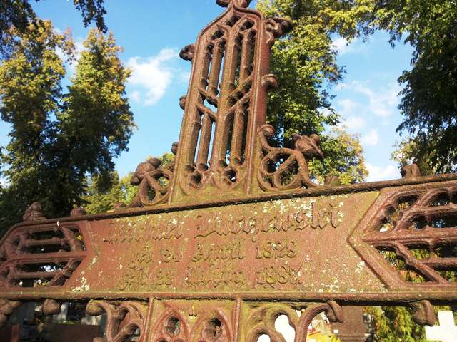 Żeliwny krzyż na cmentarzu w Dywitach