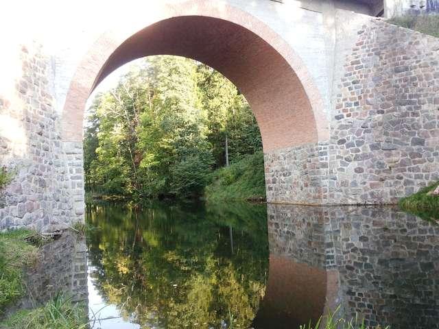 """Most na Wadągu. W odcinku """"Podwójny nelson"""" Klossa z tego mostu spadło auto nadradcy Gebhardta. - full image"""