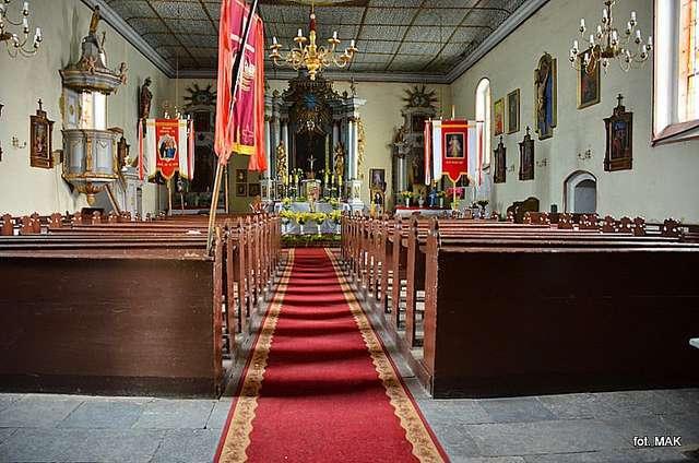 Kwiecewo: kościół z XVII wieku p.w. św. Jakuba Starszego - full image