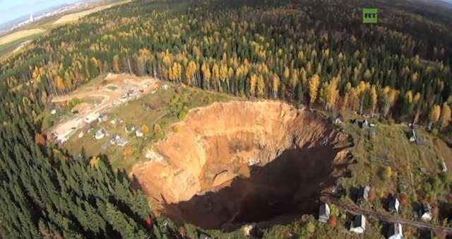 Gigantyczna rosyjska dziura uchwycona z drona - full image
