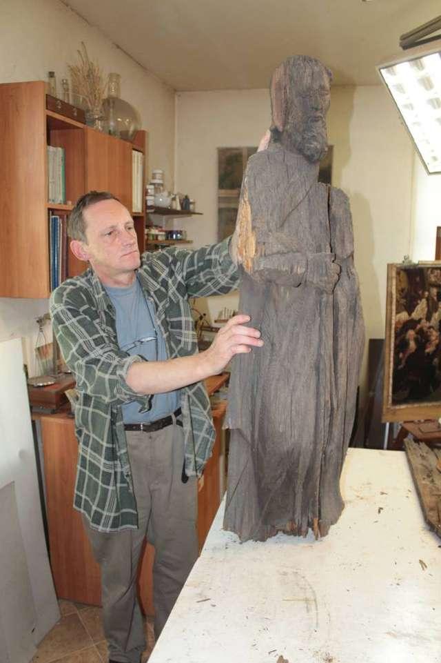 Konserwator Marek Mak-Gołowacz pokazuje mi zaginioną rzeźbę św. Jana Nepomucena - full image