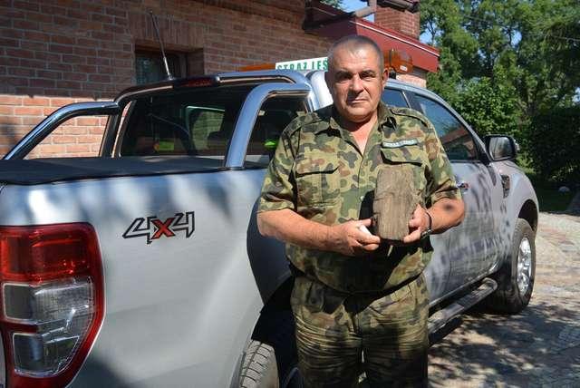 Jan Gierba ze skrzemieniałem drewnem sprzed 240-260 mln lat - full image