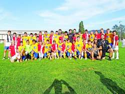 Wspólne zdjęcie Naki Olsztyn (żółte koszulki) i VfO Offenburger (miasto partnerskie Olsztyna).