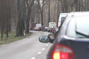 Szedł wężykiem po DK 51 między Olsztynem a Dywitami i wchodził pod samochody