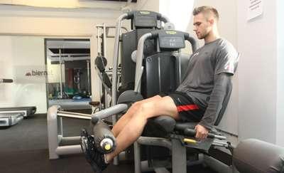 To nie trening mięśni, tylko ruchu. Trzy złe i dobre ćwiczenia na siłowni