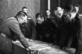 Rozmowy oficerów Wehrmachtu i Armii Czerwonej o wytyczeniu bieżącej linii rozgraniczenia wojsk na zaatakowanym terytorium Polski. Brześć, wrzesień 1939. Na pierwszym planie gen. Heinz Guderian (odwrócony z tylnego półprofilu).