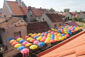 Uliczka Artystyczna w Bisztynku, czyli... filharmonia pod parasolkami.