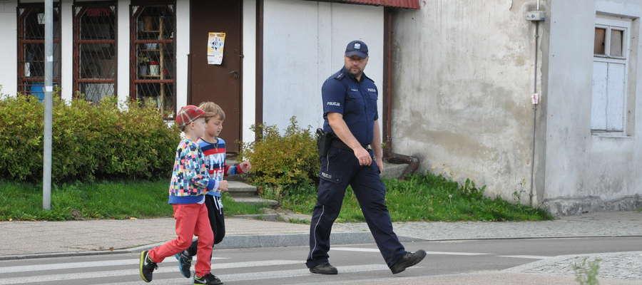 Najpierw funkcjonariusz uczył dzieci zasad bezpiecznego poruszania się po drodze, udzielił instruktażu, a chwilę później przyszedł czas na sprawdzian umiejętności. Policjant czujnym okiem obserwował czy najmłodsi przekładają wiedzę na praktykę.