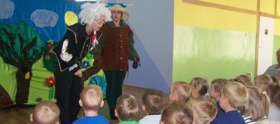 Mimo, że to dość znana opowieść, przedszkolaki z zaciekawieniem przyglądały się przygodom głównego bohatera,  aktywnie brały udział w spektaklu