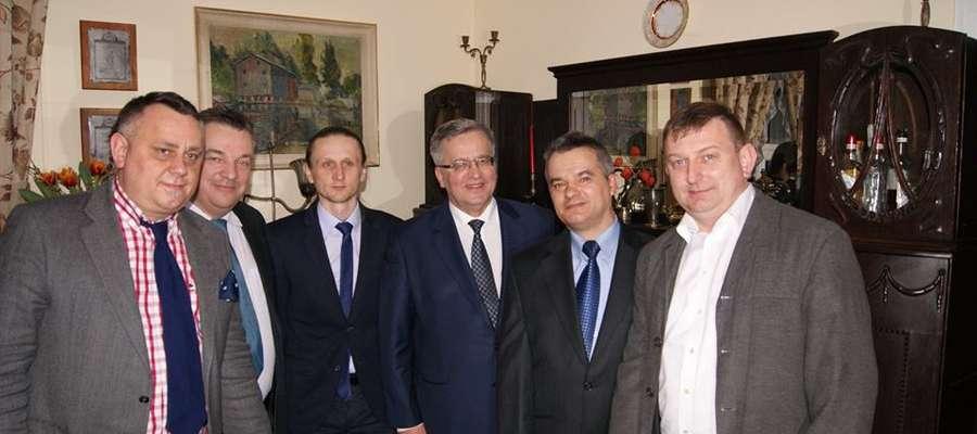 W Bieżuńskich Zeszytach zadebiutuje Żuromińska Grupa Historyczna, tu w pamiątkowej fotografii i historycznym już Prezydentem RP