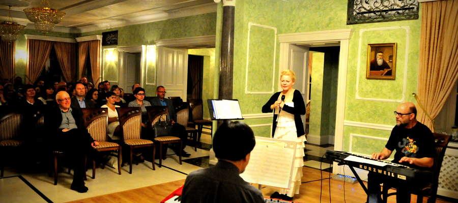 Beata Pater podczas koncertu w Zielonej