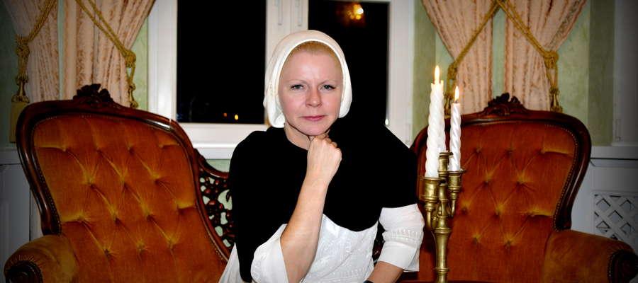 Beata Pater– polska wokalistka, skrzypaczka, kompozytorka, w latach 80. śpiewała w zespoleDeuter. W 1988 roku rozpoczęła karierę solową w USA, odnosząc sukcesy w Stanach Zjednoczonych, w Japonii i w Europie