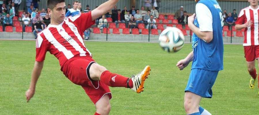 Mateusz Wierzbowski (z lewej) zdobył jedynego gola dla Cresovii Górowo Iławeckie w derbowym meczu z Granicą Bezledy