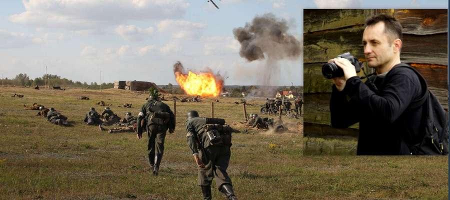 Zdjęcie Cezarego Lewandowskiego. Dynamiczna fotografia zawiera wszystkie elementy, charakterystyczne dla  mławskiej rekonstrukcji. W ujęciu widać bunkier z 1939 roku, żołnierzy obu stron konfliktu, wybuchy i bombardujący samolot.