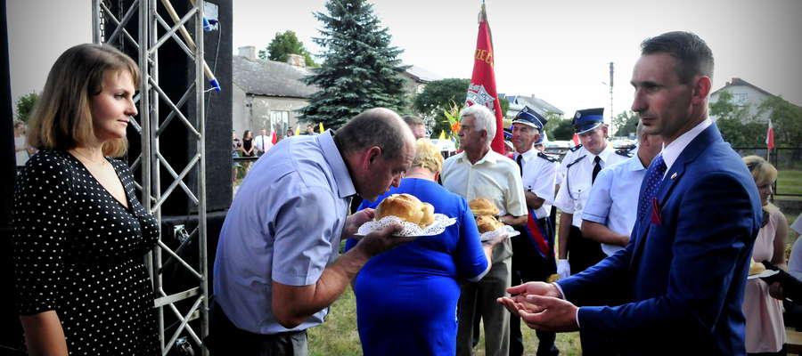 Sołtysi otrzymują symboliczne bochny chleba