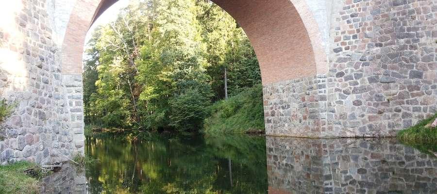 """Most na Wadągu. W odcinku """"Podwójny nelson"""" Klossa z tego mostu spadło auto nadradcy Gebhardta."""