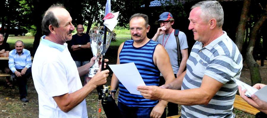 Zwycięzca zawodów Eugeniusz Lisowski odbiera nagrodę z rąk Zygmunta Liszewskiego