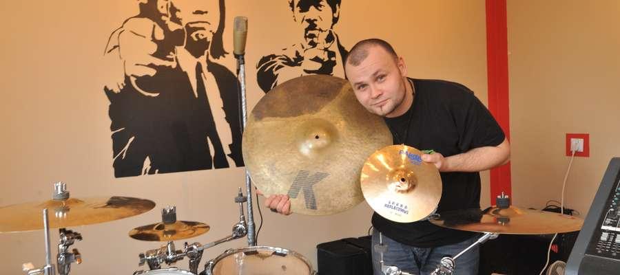 """Aleksander Ostrowski, perkusista grupy Braci Soprano, mówi, że, gdy usłyszał o przeglądzie """"Gazety Olsztyńskiej"""", od razu postanowił się zgłosić"""