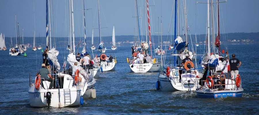 Regaty organizowane są dla jachtów kabinowych balastowych i balastowo-mieczowych