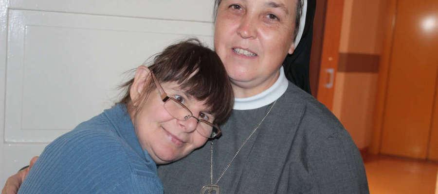 Siostra Arkadia jest prawdziwą mamą dla przytulającej się do niej Ewy.
