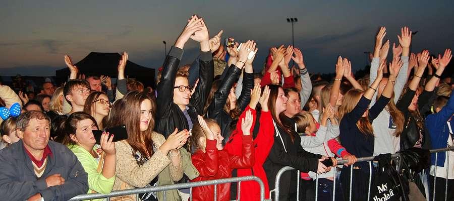 Wszystkie ręce w górę! - nawoływali muzycy z folkowej kapeli Enej, gwiazdy niedzielnych dożynek w Lisewie