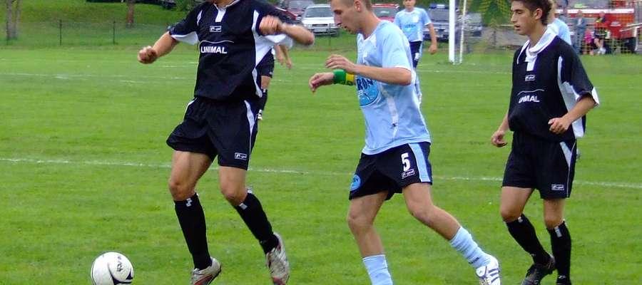 Sierpień 2008, mecz w Bezledach: w ciemnych strojach Łukasz Pisarzewski (z lewej) i Mateusz Wierzbowski z Cresovii, między nimi Arkadiusz Dobrowolski z Granicy. Gospodarze wygrali wówczas 3:1