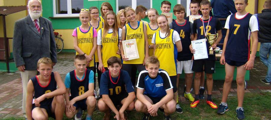 Reprezentacja gimnazjum w Bisztynku z pucharem i medalami za I miejsce w biegach przełajowych.