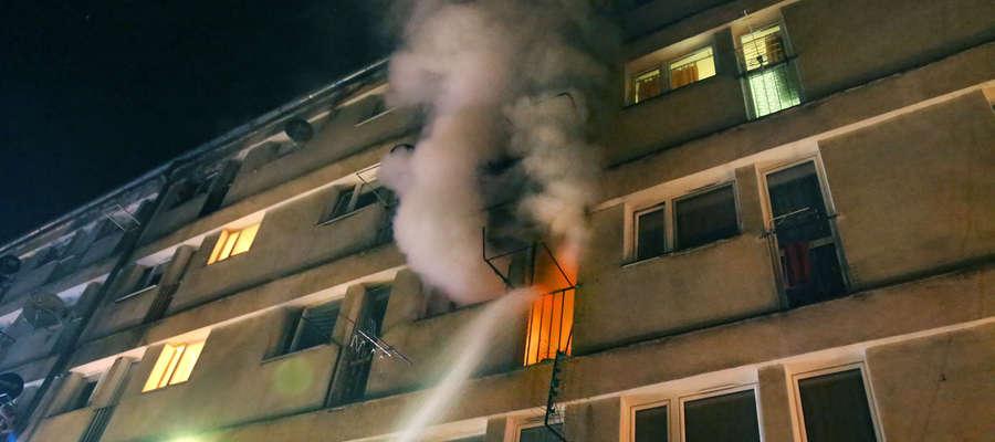 Kolejny pożar w samotniaku przy Niepodległości. Jedna osoba ranna