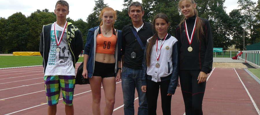 Ekipa MDK UKS Jedynka Bartoszyce w Lubawie (od lewej): Bartłomiej Pawłowski, Karolina Greber, trener Mirosław Figat, Weronika Konowrocka i Oliwia Połujańska