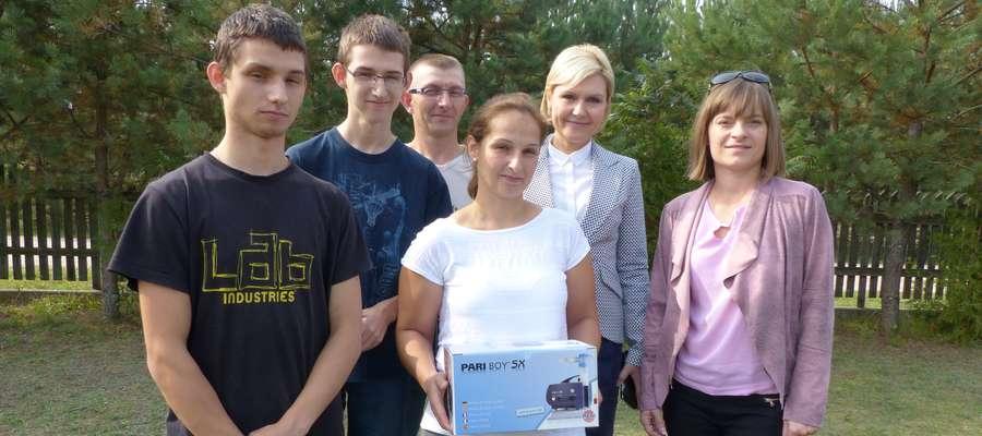 Rodzina Miłosków z prezentem od fundacji i ich goście (od prawej): Iwona Żochowska i Wioletta Śląska-Zyśk